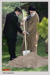 خامنهی در حال دفن جمهوری اسلامی با کار و تلاش مضاعف